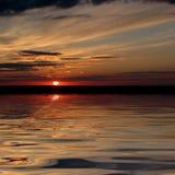 Sopra una baia che stermina tramonto di un sole Immagini Stock