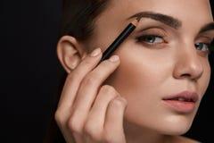 Sopracciglia di contorno della bella donna con la matita bellezza Fotografia Stock Libera da Diritti