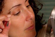 Sopracciglia Tweezing Fotografia Stock