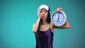 Sopraelevazione ferroviaria sonnolenta della donna svegliare a 7 in punto, cattivi stati di sonno, ritmo biologico stock footage