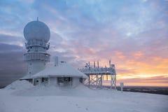 Sopravviva la stazione radar sulla cima della montagna fotografia stock libera da diritti