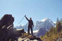 Sopravvivenza nel selvaggio Un uomo in cammuffamento che riposa fra le montagne L'inseguitore, sopravvive a nel legno Immagine Stock