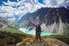 Sopravvivenza nel selvaggio Un uomo in cammuffamento che riposa fra le montagne L'inseguitore, sopravvive a nel legno Fotografie Stock