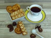 sopro crocante Casa-feito pastelaria flocoso na bacia e no café brancos da porcelana fotos de stock
