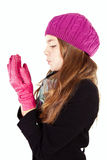 Sopro da menina nas mãos insensibilizados isoladas sobre o branco Fotografia de Stock Royalty Free