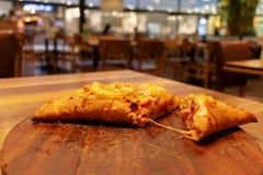 sopro da pizza na placa de madeira fotos de stock