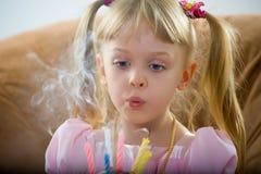 Sopro em uma vela do aniversário fotografia de stock royalty free