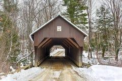 Sopro-mim-Para baixo ponte coberta - New Hampshire imagens de stock