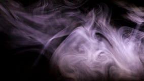 Sopros de fumo iluminados pela luz colorida video estoque