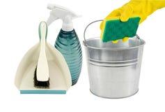 Sopskyffel, sprayflaskhink och svamp arkivfoton