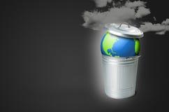 Soptunna med planetjord- och smogföroreningen Arkivbilder