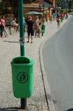 Soptunna på gatan i den Karpacz staden Royaltyfria Bilder