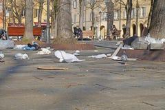 Soptunnor Wheeliefack Avfallpåsar Rubbish spridde ut över vägen på den förorts- gatan Återanvänd förlorat förfogande Fotografering för Bildbyråer