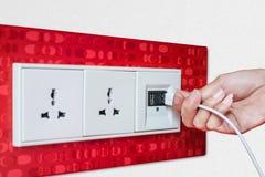 Soquete de parede de USB da tomada da mão da mulher/placa da tomada fotografia de stock royalty free