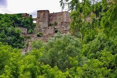 Sorano, cidade pequena em Toscânia escondida no verde fotografia de stock