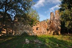 Sorano, Grosseto, Toscana, Italia: las ruinas de una iglesia medieval Imagenes de archivo