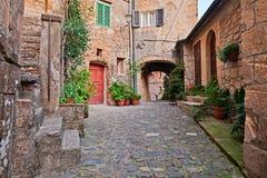 Sorano, Grosseto, Toscanië, Italië: steeg in het middeleeuwse dorp Royalty-vrije Stock Foto