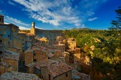 Sorano - tuff stad in Toscanië stock fotografie