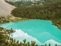 Sorapis See in den italienischen Dolomit von oben stockbilder
