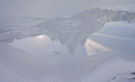 Sorapis See (Dolomit) im Winter lizenzfreie stockbilder