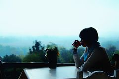 Sorba el café por la mañana con una atmósfera de restauración Imágenes de archivo libres de regalías
