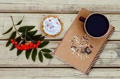 Sorbe, tasse, carnet, gâteau Photo libre de droits