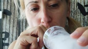 Sorbet λεμονιών κατανάλωσης κοριτσιών απόθεμα βίντεο