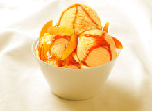 Sorbet παγωτού φράουλα στο κεραμικό φλυτζάνι Στοκ φωτογραφίες με δικαίωμα ελεύθερης χρήσης