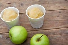 Sorbet и яблоки Apple на деревянной таблице Стоковое Изображение