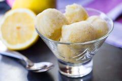 Sorbet мороженого лимона, шарики в стекле, освежая диете лета Стоковое Изображение