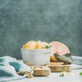 Sorbet розового грейпфрута с мятой в шаре на деревянной доске Стоковое Изображение RF