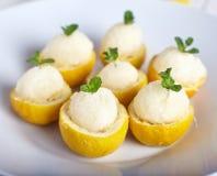 Sorbet de citron ou crème glacée à l'intérieur des citrons frais Photographie stock libre de droits