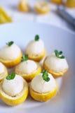Sorbet de citron ou crème glacée à l'intérieur des citrons frais Photos stock