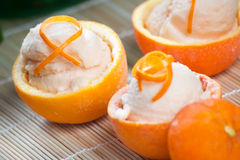 Sorbete anaranjado en frutas ahuecadas Foto de archivo