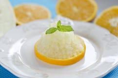 Sorbetto arancio sul piatto Fotografie Stock Libere da Diritti