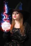 Sorcière avec la boule magique Photographie stock
