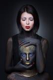 Sorcière de deux filles en peinture noire avec des ornements d'or photographie stock libre de droits