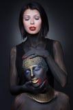 Sorcière de deux filles en peinture noire avec des ornements d'or photo libre de droits
