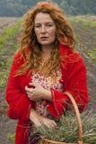 Sorcière de femme de village dans la campagne Photographie stock