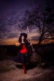 Sorcière de Halloween avec un potiron et un balai Images libres de droits