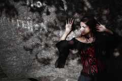 Sorcière de Halloween dans une belle jeune femme de forêt foncée dans le costume de sorcières Conception d'art de Halloween Fond  photo stock
