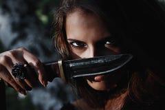 Sorcière de Halloween dans une belle jeune femme de forêt foncée dans le costume de sorcières Conception d'art de Halloween Fond  photos stock