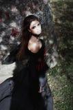 Sorcière de Halloween dans une belle jeune femme de forêt foncée dans le costume de sorcières Conception d'art de Halloween Fond  photo libre de droits