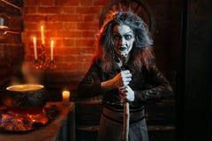 Sorcière effrayante sur le seance spirituel, faisant cuire photo libre de droits