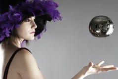 Sorcière faisant de la lévitation un globe argenté photos stock