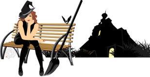 Sorcière s'asseyante sur le banc en bois Image libre de droits