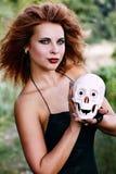 Sorcière tenant un crâne humain Images libres de droits