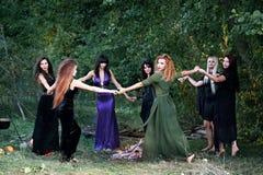 Sorcières dansant dans la forêt Photographie stock