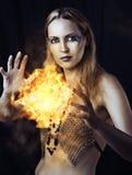 Sorcière dangereuse de femme avec la bille d'incendie Images stock