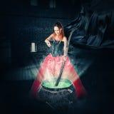 Sorcière de Halloween brassant un breuvage magique magique Image stock